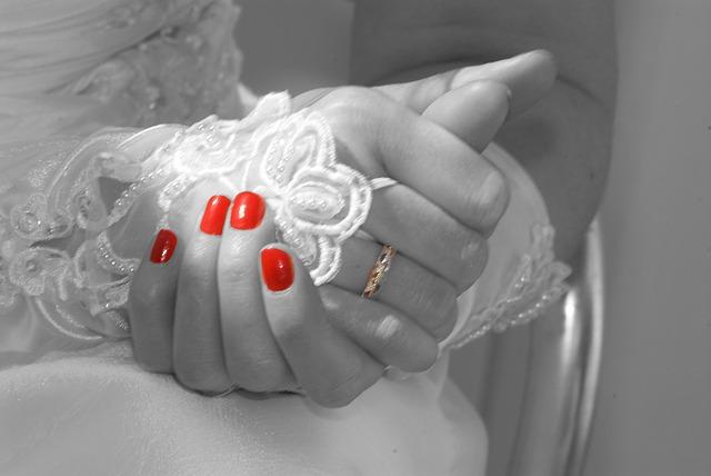 nail-varnish-185229_640